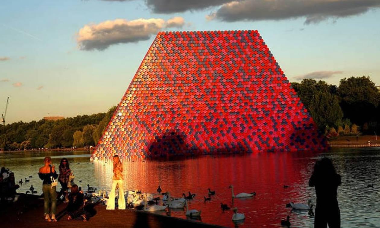 Ο μασταμπάς του Λονδίνου: Το εντυπωσιακό γλυπτό 20 μέτρων στη λίμνη Serpentine