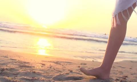 «Καίγονται» τα πόδια σας στην άμμο; 4 κόλπα για να μην ξανασυμβεί!