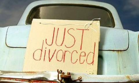 Απίστευτος λόγος διαζυγίου: Θέλει να χωρίσει γιατί ο σύζυγός της φοράει...