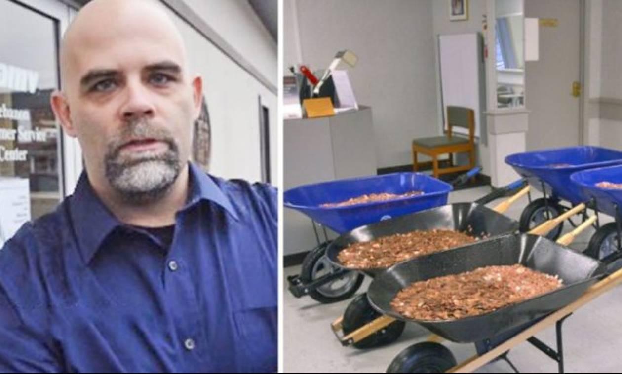 Κουβάλησε 5 καρότσια με κέρματα για να πληρώσει φόρο 2.600 ευρώ! (vid)