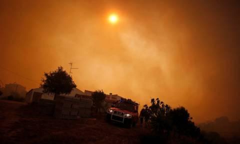 Απόκοσμες εικόνες στην Πορτογαλία: Σκοτείνιασαν παραλίες από την πύρινη κόλαση (vids)