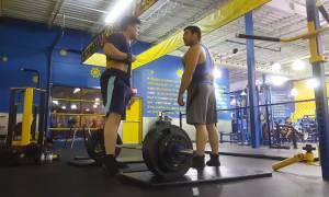 Τσαμπουκάς σε γυμναστήριο: Δείτε τι του έκανε όταν πήγε να σηκώσει την μπάρα! (vid)