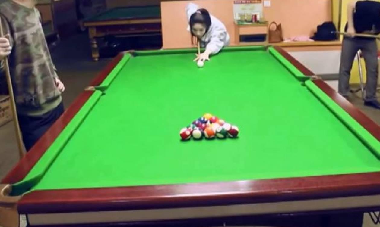 Δεν θα πιστεύετε με πόσες κινήσεις άδειασε το τραπέζι του μπιλιάρδου αυτή η κοπέλα! (vid)