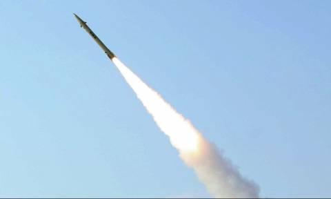 Μήνυμα πολέμου στις ΗΠΑ στέλνει το Ιράν – Εκτόξευσε πύραυλο κατά πλοίων στα στενά του Ορμούζ