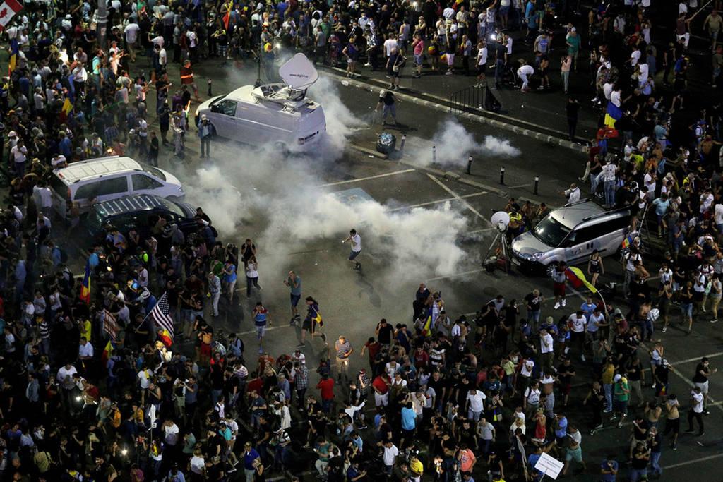 «Πόλεμος» σε διαδήλωση κατά της διαφθοράς στην Ρουμανία: Εκατοντάδες τραυματίες (Pics+Vids)