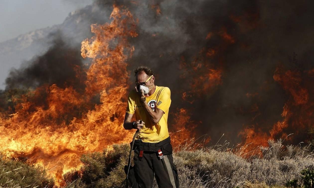 Μεγάλη φωτιά στη Σαρωνίδα