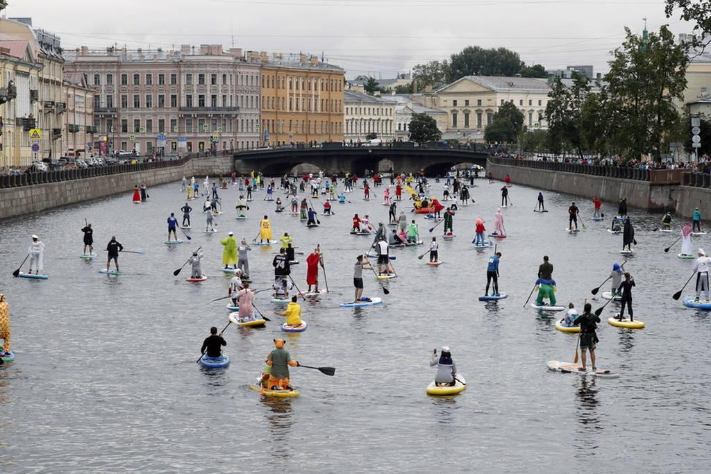 Σέρφερ ντυμένοι... καρτούν κατακλύζουν την Αγία Πετρούπολη (pics)