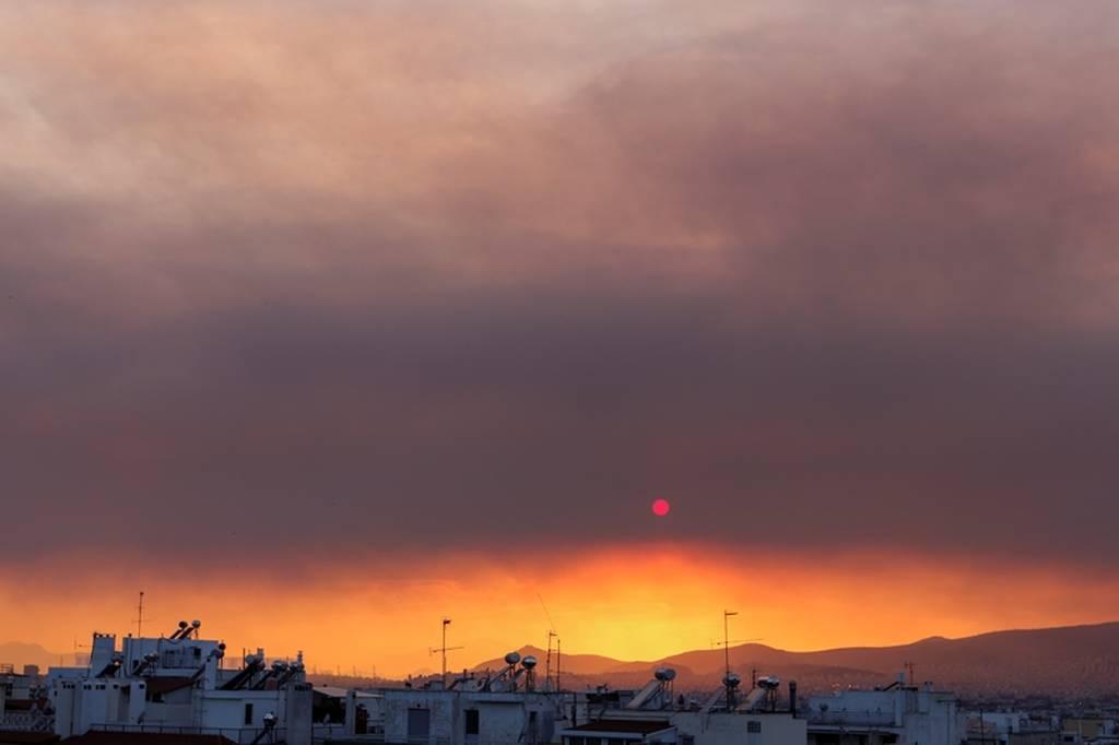 Φωτιά Εύβοια: Πυκνοί καπνοί από την πυρκαγιά κάλυψαν την Αττική (pics)