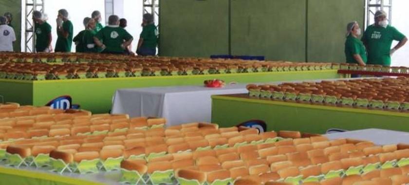 Στο Γκίνες το Μεξικό για τη μακρύτερη γραμμή από hot dogs στον κόσμο