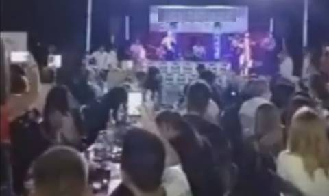 Μόνο σε ελληνικό πανήγυρι αυτά! Δεν φαντάζεστε πώς εμφανίστηκε ο τραγουδιστής και τι του έκαναν!