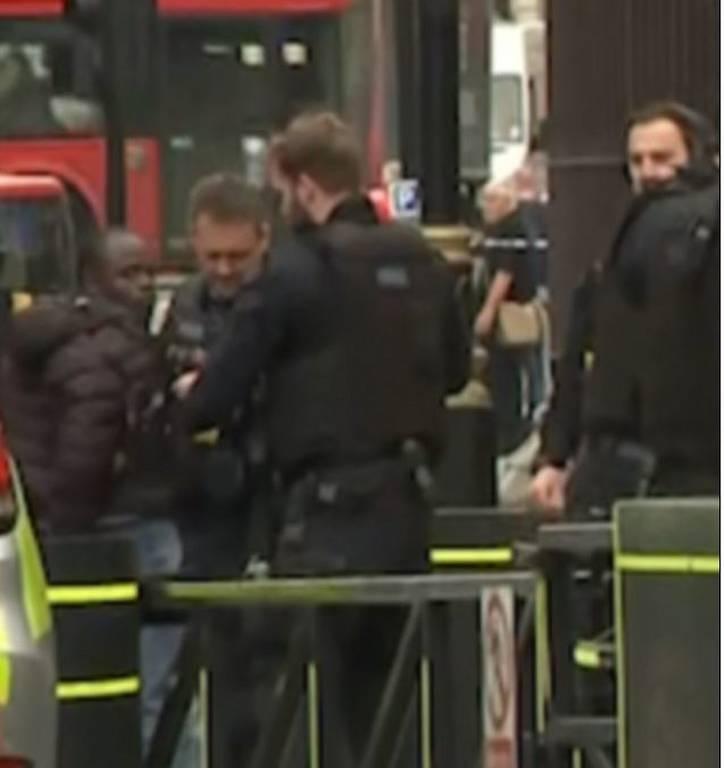 Συναγερμός στο Λονδίνο - Αυτοκίνητο έπεσε στα προστατευτικά κιγκλιδώματα στο κοινοβούλιο (pics)