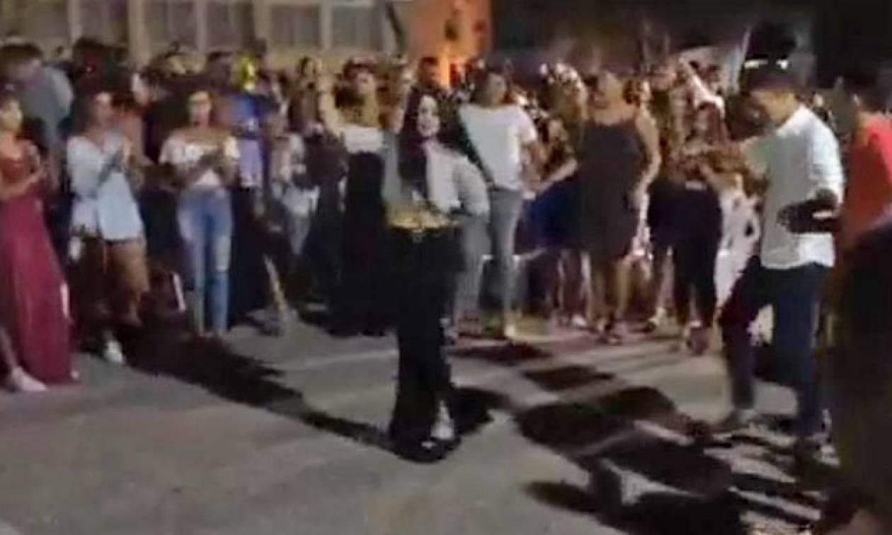 Ρέθυμνο: Πανέμορφη Κρητικοπούλα τρέλανε κόσμο με το πεντοζάλι της σε χοροεσπερίδα (vid)