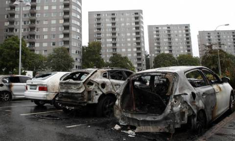 Σουηδία: Συμμορίες νέων πυρπόλησαν αυτοκίνητα και προκάλεσαν σοβαρά επεισόδια στο Γκέτεμποργκ (vids)
