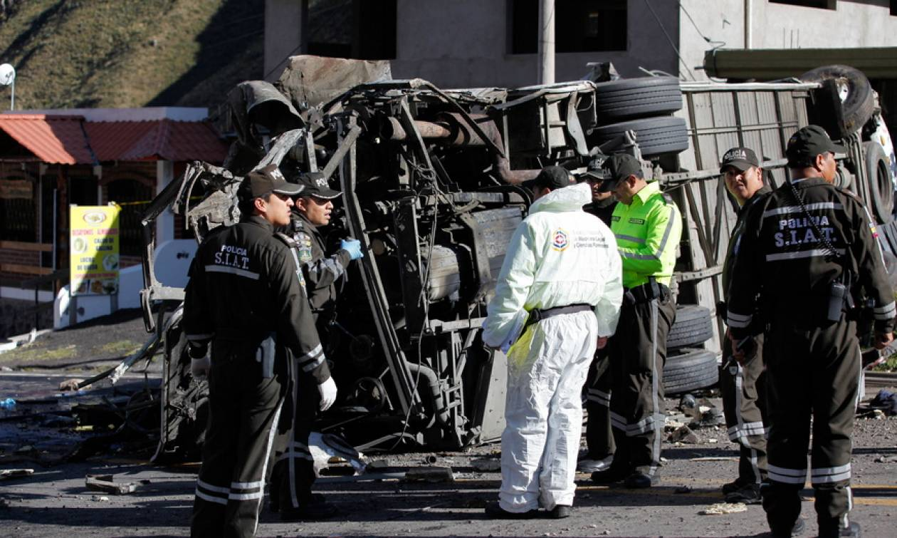 Νέα τραγωδία στον Ισημερινό: Δεκάδες νεκροί από σύγκρουση λεωφορείου με αυτοκίνητο (pics)