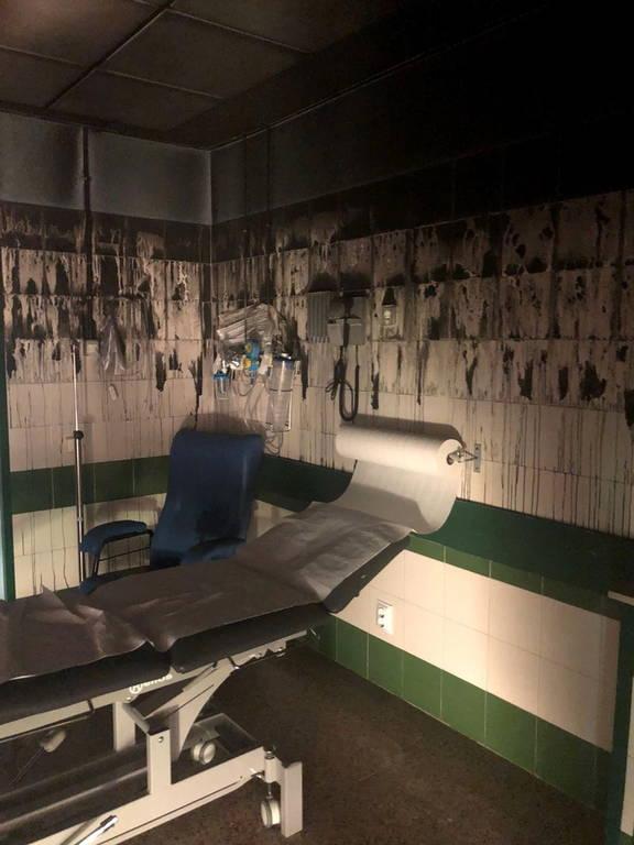 Ισπανία: Σκηνές χάους σε νοσοκομείο – Έβαλε φωτιά γιατί καθυστερούσαν να εξετάσουν συγγενή της (pic)