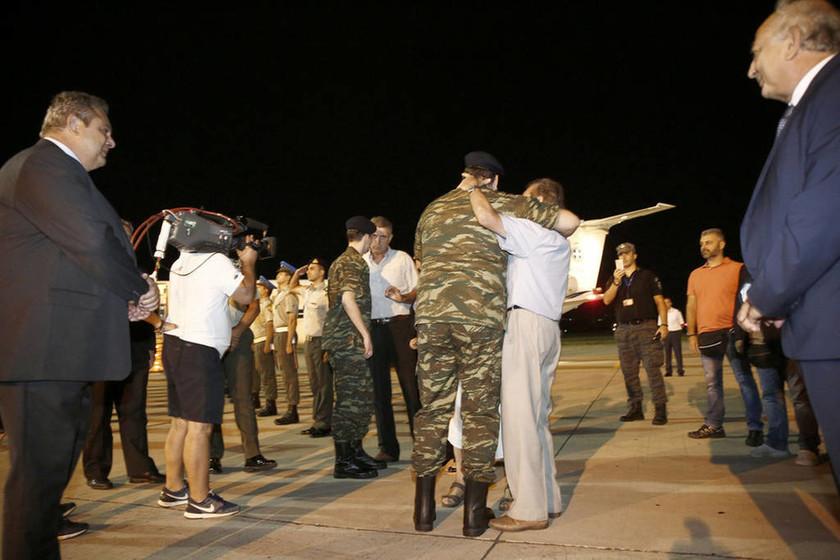 LIVE: Η άφιξη των δύο Ελλήνων στρατιωτικών στην Ελλάδα (vids+pics)