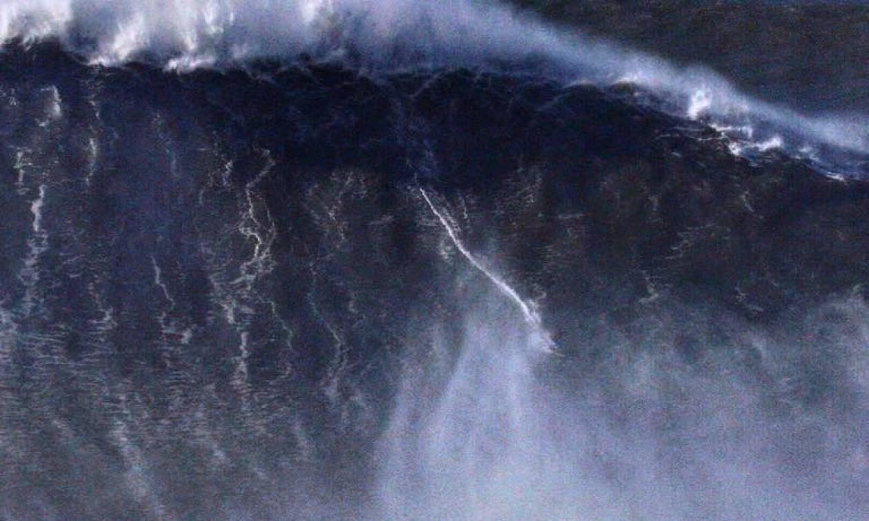 Απίστευτο βίντεο: Σέρφερ σπάει κάθε ρεκόρ δαμάζοντας γιγαντιαίο κύμα στη Χαβάη (vids)