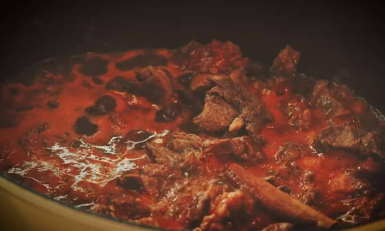Η συνταγή της ημέρας: Μοσχαράκι κοκκινιστό με μαύρη μπύρα και χοντρά μακαρόνια