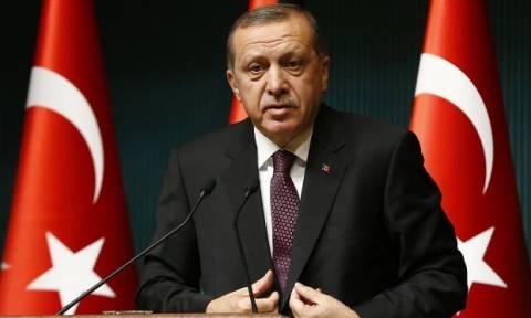 «Γονάτισε» ο Ερντογάν: Απελπισμένος αναζητά συμμάχους στο χείλος του οικονομικού γκρεμού