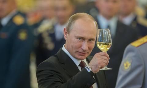 Μόνο ο Πούτιν θα μπορούσε να κάνει ένα τέτοιο γαμήλιο δώρο! (Vid)
