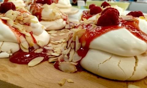 Η συνταγή της ημέρας: Πάβλοβα με σάλτσα από βατόμουρα
