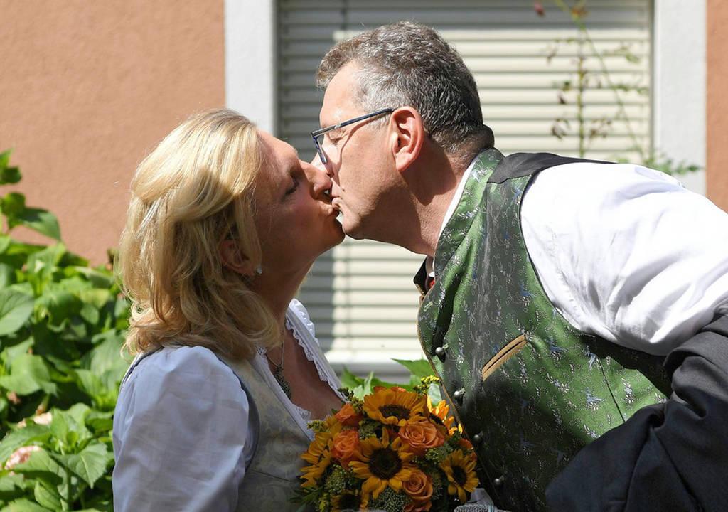 Η άλλη πλευρά του Πούτιν: Χόρεψε στο γάμο της Αυστριακής ΥΠΕΞ υπό τους ήχους χορωδίας Κοζάκων (Pics)