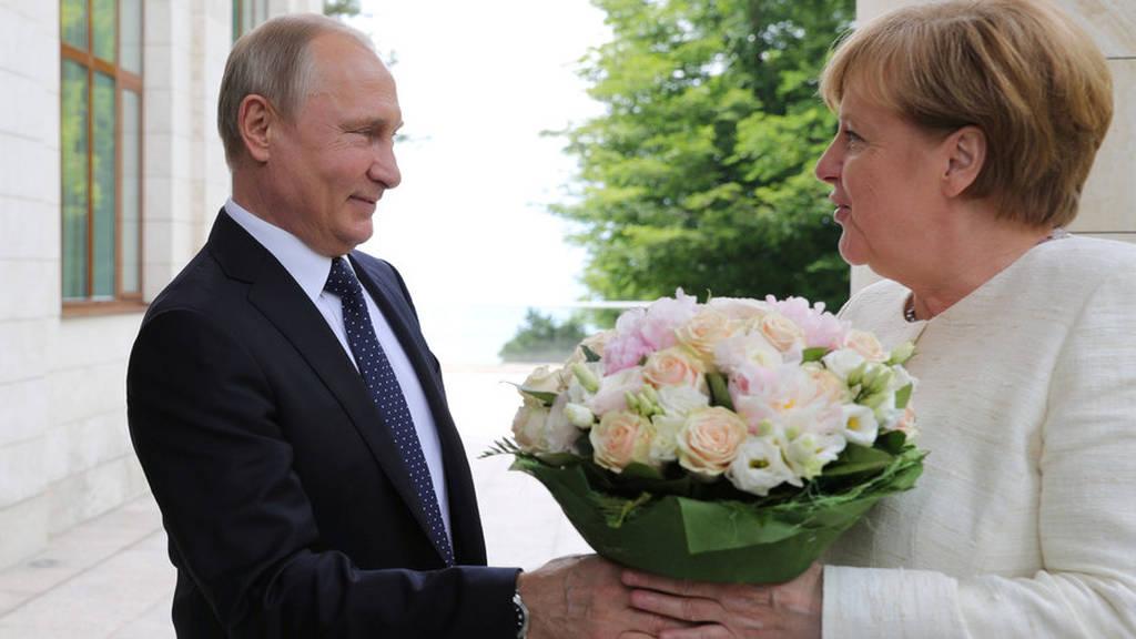 Με τους καλύτερους οιωνούς άρχισε η πολυαναμενόμενη συνάντηση Πούτιν – Μέρκελ (vids+pics)