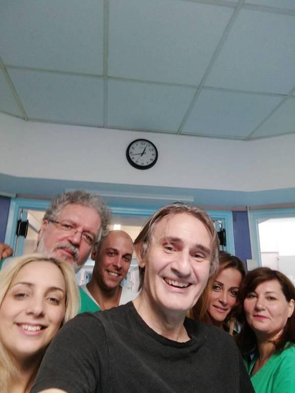 Χαμόγελο αισιοδοξίας: Η πρώτη φωτογραφία του Άκη Σακελλαρίου μέσα από το νοσοκομείο Σωτηρία