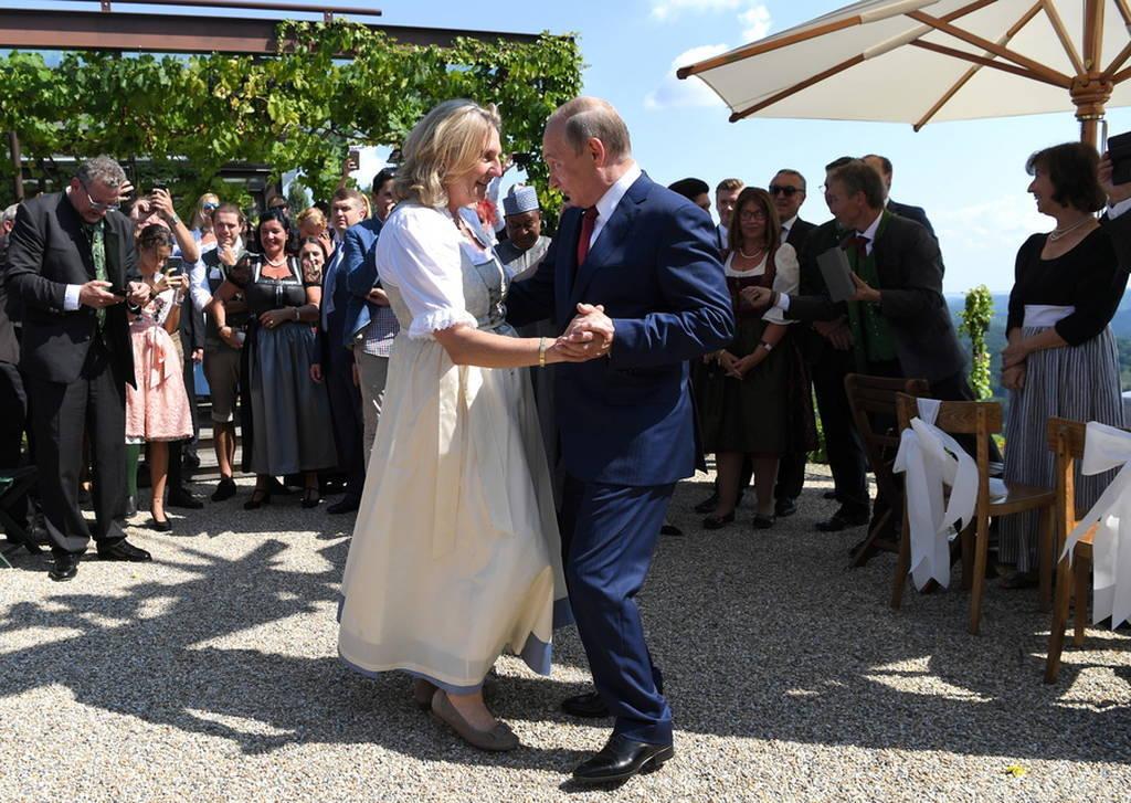 Πούτιν εσύ Σούπερσταρ: Ο χορός του Ρώσου προέδρου στο «γάμο της χρονιάς» που έγινε viral (Pics+Vid)