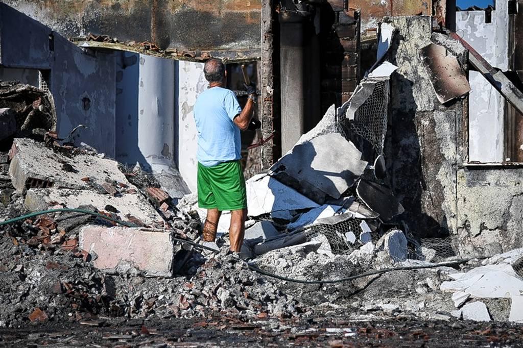 Μάτι – Μία πόλη «φάντασμα»: Ξεκίνησαν οι κατεδαφίσεις ακατάλληλων σπιτιών