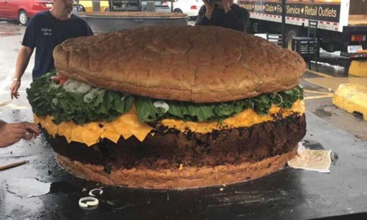 Αυτό είναι το μεγαλύτερο μπέργκερ στον κόσμο – Δείτε τι έχει μέσα… (vid)