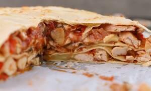 Η συνταγή της ημέρας: Μεξικάνικες quesadillas με κοτόπουλο & μετσοβόνε