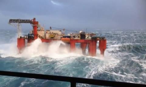 Απίστευτες εικόνες: Τεράστια κύματα χτυπούν πλατφόρμα πετρελαίου στη Βόρεια Θάλασσα (vid)