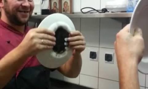 Εδωσαν σε σεφ ένα πιάτο για να κάνει τον οδηγό... Το αποτέλεσμα; Ξεκαρδιστικό (video)