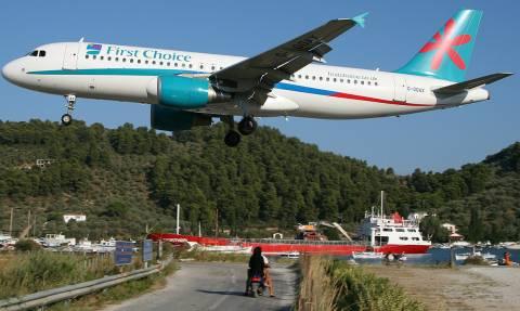 Πανικός στη Σκιάθο: 12χρονος εκτινάχθηκε από αέρια αεροπλάνου