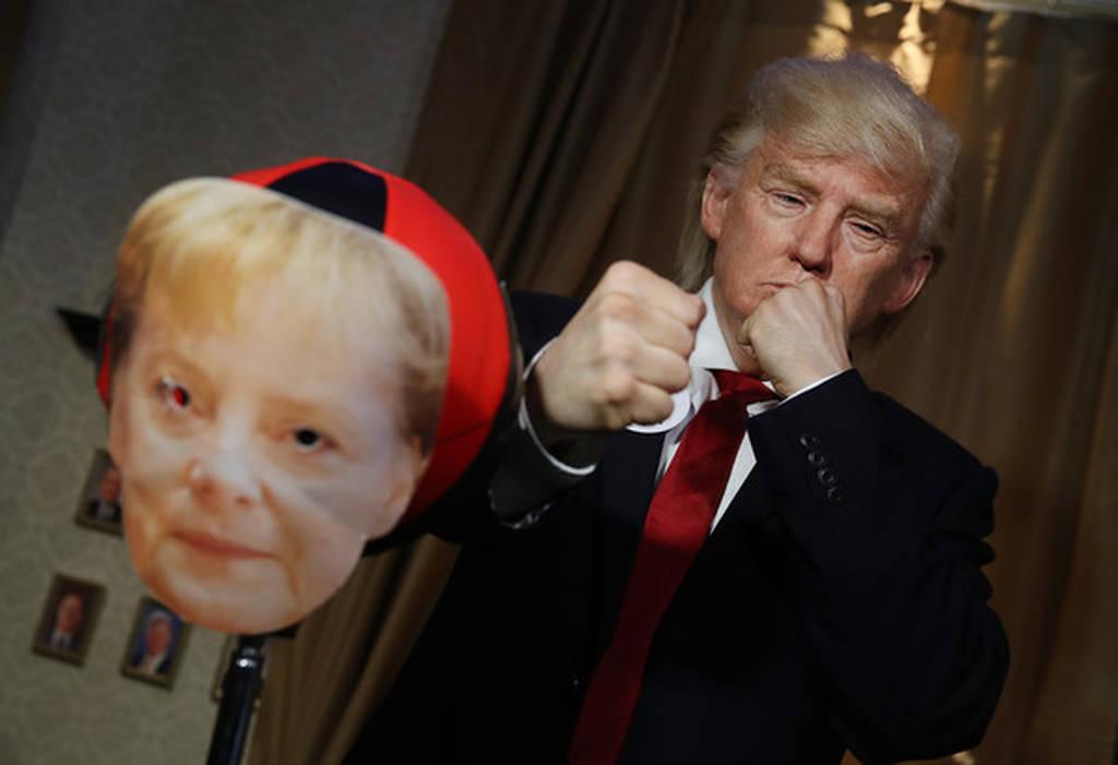 Μαντάμ Τισό: Το ζωντανό «κέρινο» ομοίωμα του Ντόναλντ Τραμπ γρονθοκοπεί την Μέρκελ (Vid)