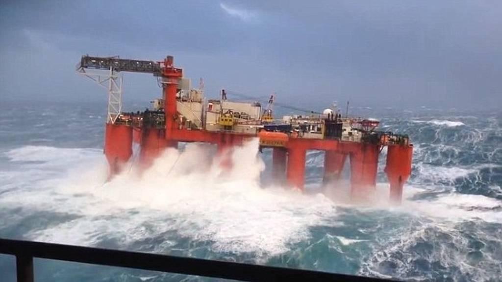 Εντυπωσιακό βίντεο: Τεράστια κύματα «καταπίνουν» πλατφόρα πετρελαίου