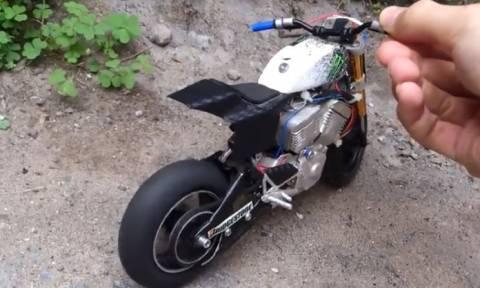 Έφτιαξε τη μοτοσικλέτα του σε μινιατούρα και το αποτέλεσμα είναι απίστευτο (vid)
