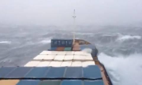 Απίστευτες εικόνες: Εμπορικό πλοίο παλεύει με τα κύματα (vid)