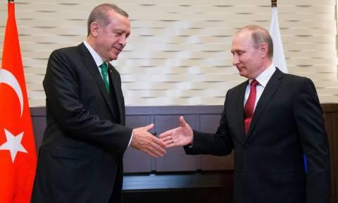 «Από μηχανής θεός» για τον Ερντογάν ο Πούτιν: Τείνει χείρα βοηθείας στην Τουρκία