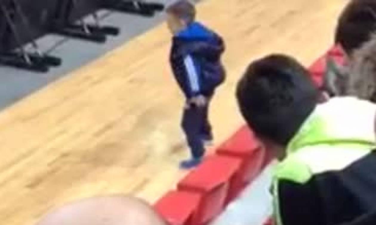Δείτε τι απίστευτο έκανε πιτσιρικάς κατά την διάρκεια αγώνα μπάσκετ (vid)