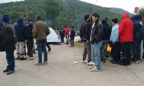 Κομμένη στα δύο η Αθηνών – Λαμίας: Μετανάστες «κατέλαβαν» το εθνικό οδικό δίκτυο