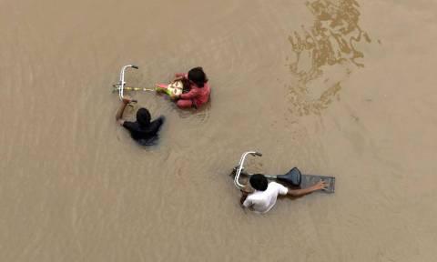 Τραγωδία στην Ινδία: 1,200 νεκροί από τις «πλημμύρες του αιώνα» και η βροχή συνεχίζεται (Pics+Vids)