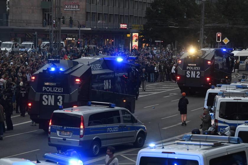 «Το μίσος στον δρόμο»: Πογκρόμ ακροδεξιών κατά μεταναστών στην Γερμανία (Pics+Vids)