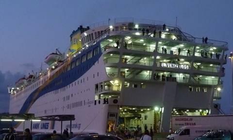 Φωτά στο «Ελευθέριος Βενιζέλος»: Δύναμη της ΕΜΑΚ σπεύδει με πλοιάριο της πυροσβεστικής