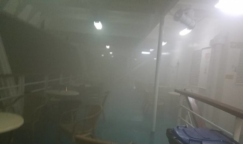 «Ελ. Βενιζέλος»: Σε εξέλιξη ακόμη η φωτιά - Έχει πάρει κλίση το πλοίο