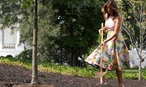 Μελάνια Τραμπ: Εντυπωσιακή ακόμα και σε... δενδροφύτευση! Με γόβα… στιλέτο και φούστα 4.000$! (pics)