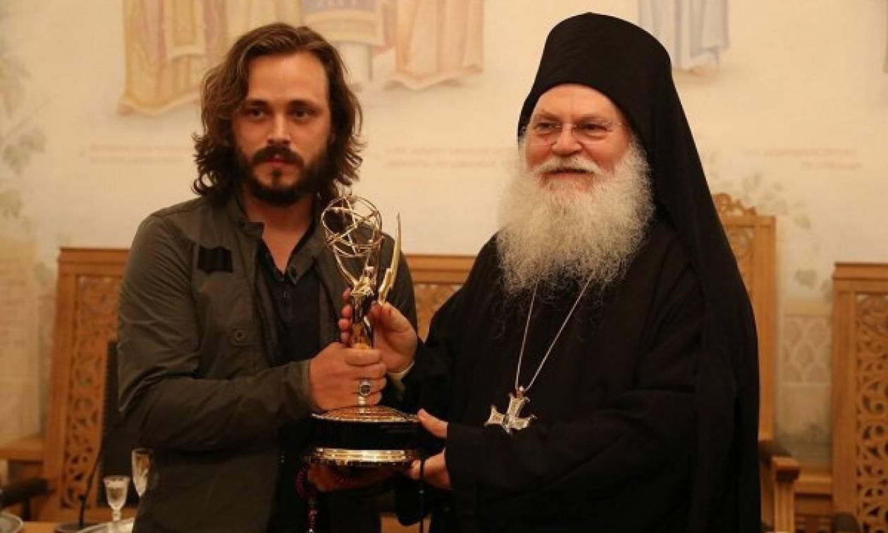 Σταρ του Χόλιγουντ συγκλόνισε το Άγιο Όρος  - Χάρισε το βραβείο EMMY στην Παναγία (pics&vid)