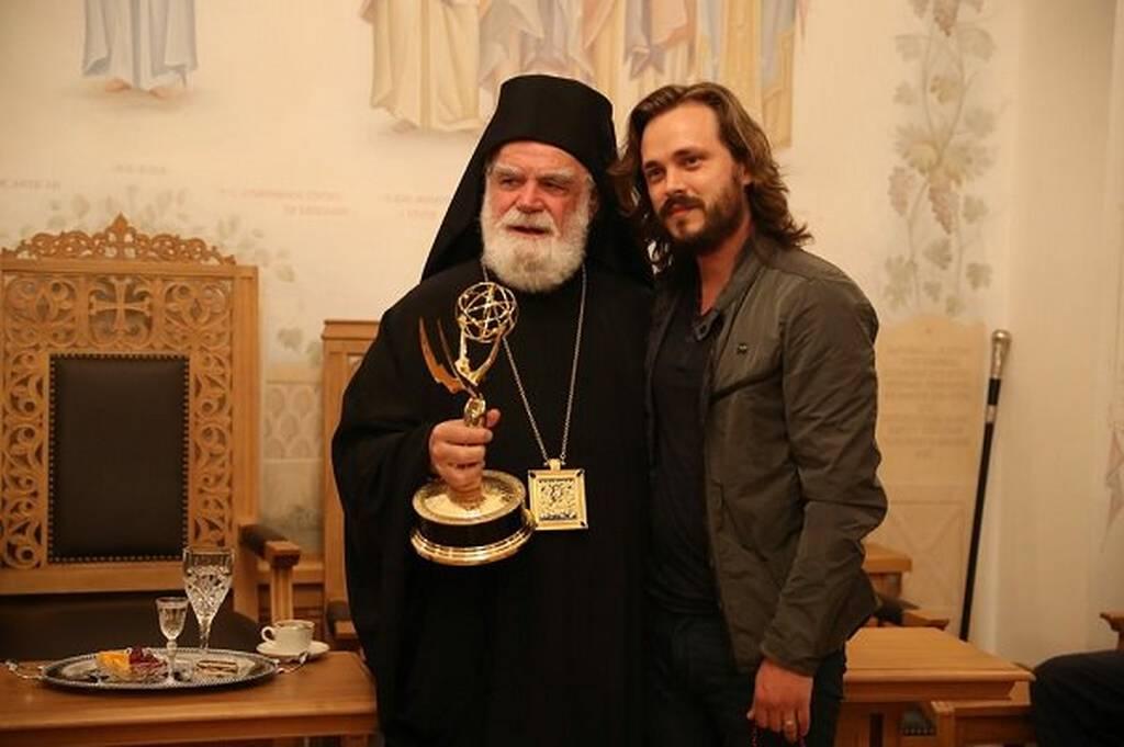 Σταρ του Χόλιγουντ συγκλόνισε το Άγιο Όρος  - Χάρισε το βραβείο ΕΜΜΥ στην Παναγία (pics&vid)