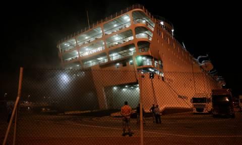 «Ελ. Βενιζέλος»: Συνεχίζεται η μάχη με τη φωτιά και τους καπνούς στο γκαράζ του πλοίου (pics)